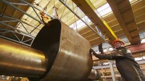 Os controles do trabalhador grande peça do tubo puseram sobre a uma tubulação mais fina pelo guindaste video estoque