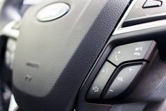 Os controles do volante fecham-se acima imagem de stock