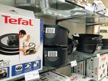Os cookwares de Tefal indicaram em uma loja fotografia de stock royalty free