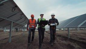 Os coordenadores discutem a construção de uma exploração agrícola solar Foto de Stock