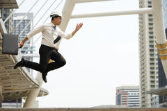 Os coordenadores esforçam-se salto altamente como possível em ordem conseguem objetivos Fotografia de Stock Royalty Free
