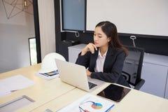 Os coordenadores fêmeas estão pensando para criar trabalhos novos e estão sorrindo imagens de stock royalty free