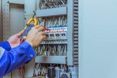Os coordenadores masculinos estão verificando o sistema elétrico com o electroni imagem de stock royalty free