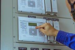 Os coordenadores masculinos estão verificando o trabalho do sistema elétrico foto de stock