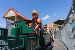 Os coordenadores modelo do entusiasta da estrada de ferro preparam o trem diminuto do vintage que dá passeios imagens de stock royalty free