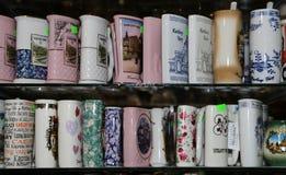 Os copos da porcelana para a água mineral na janela da loja, Karlovy variam (Carlsbad) Fotografia de Stock