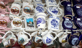 Os copos da porcelana para a água mineral na janela da loja, Karlovy variam (Carlsbad) Foto de Stock Royalty Free