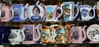 Os copos da porcelana para a água mineral na janela da loja, Karlovy variam (Carlsbad) Imagens de Stock Royalty Free