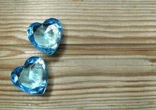 Os corações da gema da safira no fundo de madeira velho amam o conceito Fotografia de Stock Royalty Free