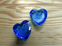 Os corações da gema da safira no fundo de madeira velho amam o conceito Fotos de Stock Royalty Free