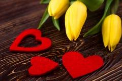 Os corações da tela aproximam tulipas Foto de Stock