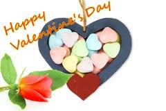 Os corações de madeira com doces Valentine Background com rosa do vermelho e o Valentim feliz text no fundo branco Imagem de Stock Royalty Free