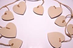 Os corações de madeira dão forma no blackground branco Fundo do dia de Valentim, dia do casamento foto de stock royalty free