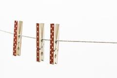 Os corações de madeira vermelhos decoraram Clothespins Imagens de Stock Royalty Free