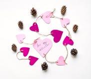 Os corações de papel cor-de-rosa brilhantes conectaram com uma corda para o dia do ` s do Valentim Configuração lisa no fundo bra Foto de Stock