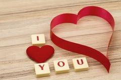 Os corações de papel do Valentim em um fundo e em um tex de madeira eu te amo Fotos de Stock Royalty Free