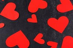 Os corações dispersaram o close-up em um fundo de pedra Imagem de Stock