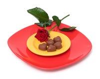 Os corações do chocolate e levantaram-se Imagem de Stock Royalty Free