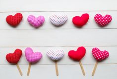 Os corações do Valentim no fundo de madeira branco imagens de stock