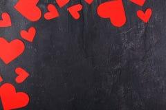 Os corações encontram-se em um semicírculo no canto esquerdo superior em um fundo de pedra Fotos de Stock