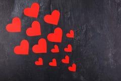 Os corações vão do menor ao maior diagonalmente à esquerda em um fundo de pedra Fotografia de Stock Royalty Free