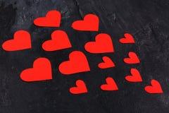 Os corações vão do menor ao maior são dirigidos ao close-up esquerdo em um fundo de pedra Fotografia de Stock Royalty Free