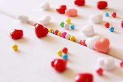Os corações vermelhos, cor-de-rosa e brancos dão forma a doces Foto de Stock Royalty Free