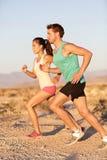 Os corredores acoplam o corredor na corrida da fuga fora Imagem de Stock