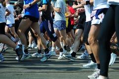 Os corredores competem no início Imagem de Stock Royalty Free
