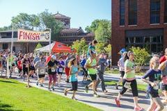 Os corredores da comunidade começam a corrida da caridade 5K Imagem de Stock