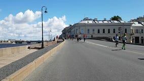 Os corredores descem mal da ponte durante a distância da maratona Os quilômetros difíceis finais da raça longa video estoque