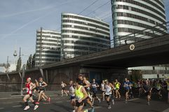 Os corredores participam em 45th Berlin Marathon foto de stock