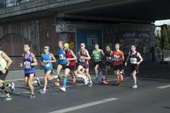 Os corredores participam em 45th Berlin Marathon imagens de stock royalty free
