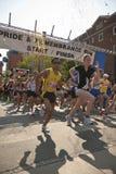 Os corredores participam na raça da relembrança Imagens de Stock