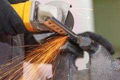 Os cortes metal com uma máquina de corte Opinião do Close-up fotografia de stock royalty free