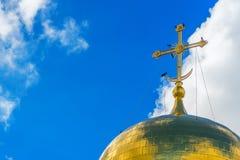 Os corvos pretos sentam-se na cruz dourada da igreja ortodoxa fotografia de stock