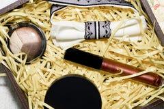 Os cosméticos ajustados estão na caixa Imagens de Stock