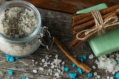 Os cosméticos e os acessórios da beleza dos termas com varas de canela, lubrificam fotografia de stock