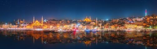 OS Costantinopoli ed il Bosforo di panorama alla notte Fotografia Stock