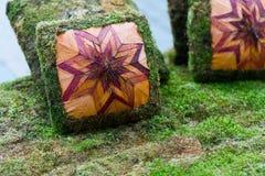Os coxins do sofá são feitos da grama artificial verde descanso feito da grama Fotos de Stock