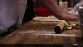 Os cozinheiros chefe masculinos entregam a preparação da massa com pino do rolo vídeos de arquivo