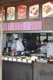 Os cozinheiros estão preparando refeições em um restaurante levar embora na cidade Wuzhen da água, China Fotografia de Stock