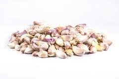 Os cravos-da-índia de alho colocaram uma pilha pequena em um fundo branco Imagem de Stock