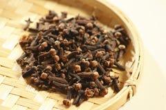 Os cravos-da-índia são as flores em botão secadas aromáticas de uma árvore de Indones Imagem de Stock Royalty Free