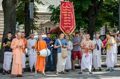 Os crentes da sociedade para Krishna Consciousness no centro de Lviv em Ucrânia, perto do teatro da ópera jogam cilindros, harmôn fotos de stock