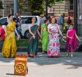 Os crentes da sociedade para Krishna Consciousness no centro de Lviv em Ucrânia, perto do teatro da ópera jogam cilindros, harmôn foto de stock