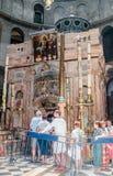 Os crentes estão na linha para tocar no santamente enterram na igreja do sepulcro santamente na cidade velha do Jerusalém, Israel Imagens de Stock Royalty Free