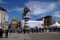 Os crentes recolhem na praça da cidade principal para atender à massa com o Papa Francisco em Skopje fotos de stock