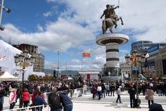 Os crentes recolhem na pra?a da cidade principal para atender ? massa com o Papa Francisco em Skopje fotografia de stock