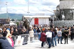 Os crentes recolhem na pra?a da cidade principal para atender ? massa com o Papa Francisco em Skopje fotografia de stock royalty free